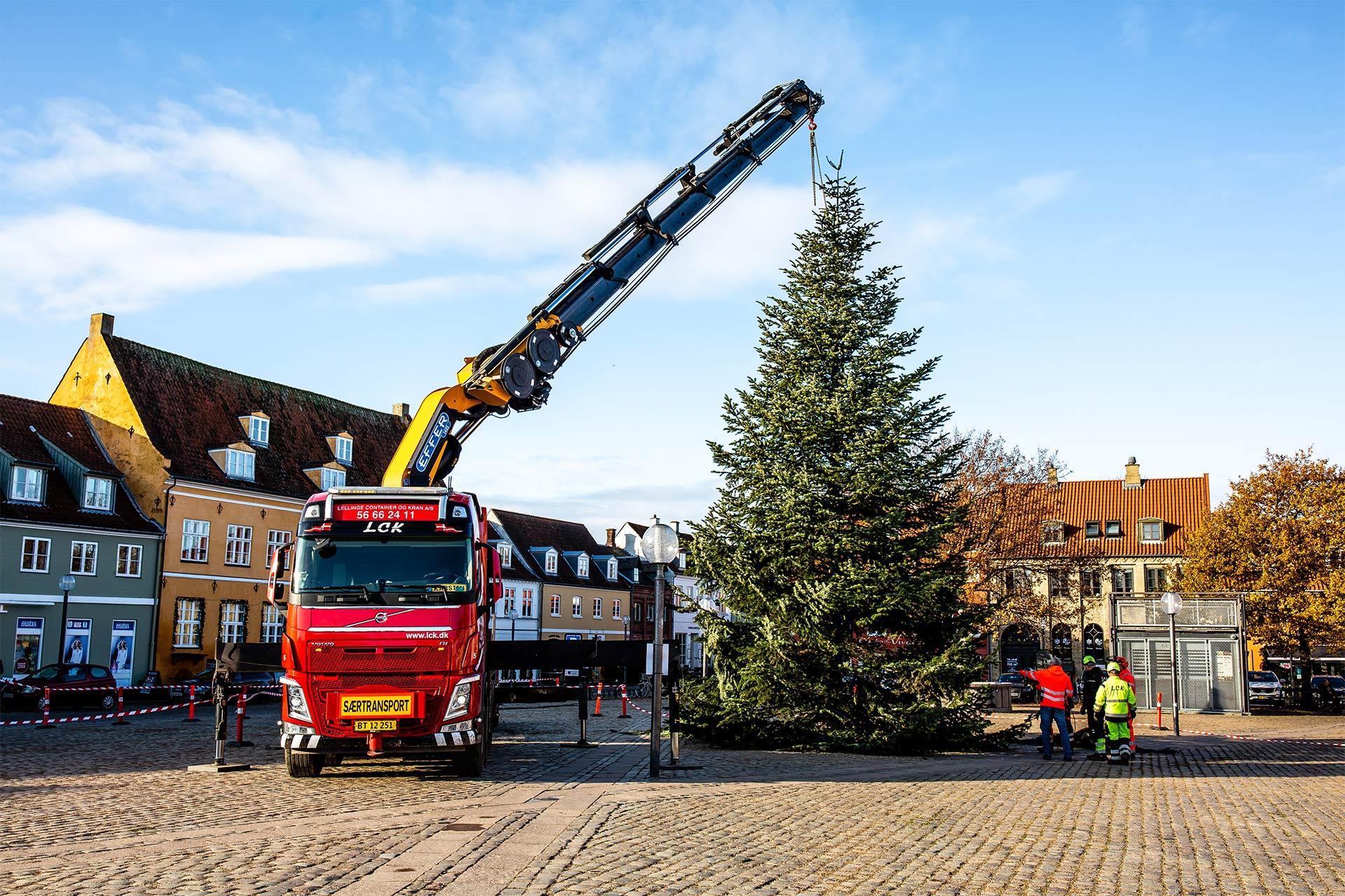 LCK hjælper med opsætning af juletræ på Køge Torv