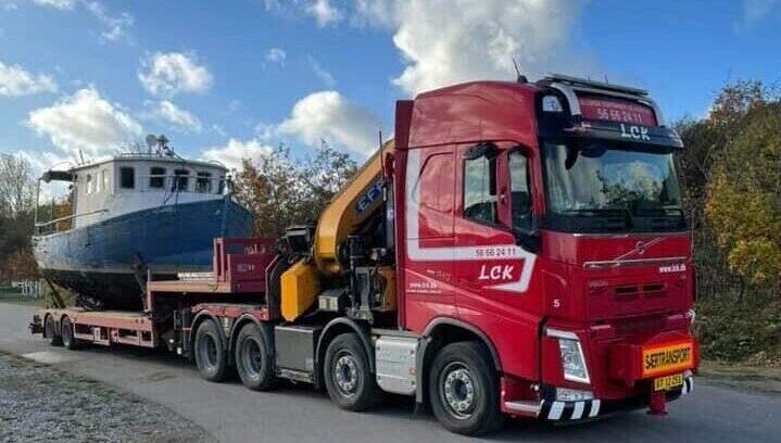 LCK lastbil transporterer båd